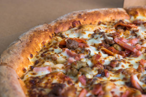 levering pizza in de doos. close-up weergave - dikke pizza close up stockfoto's en -beelden