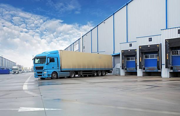 delivery truck - industriegebied stockfoto's en -beelden