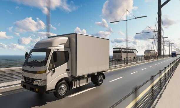 Lieferwagen mit anderen Nutzfahrzeugen auf Brücke – Foto