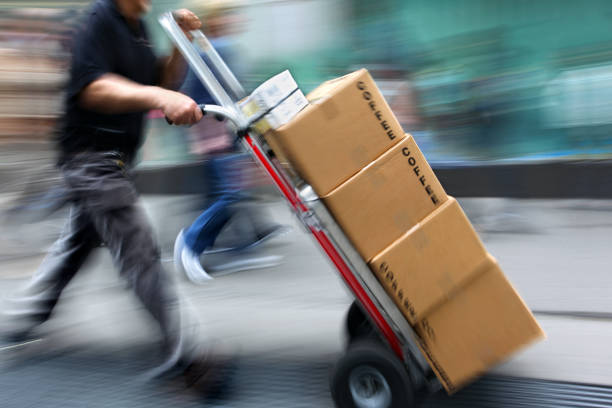 delivery with dolly by hand - addetto alle consegne foto e immagini stock