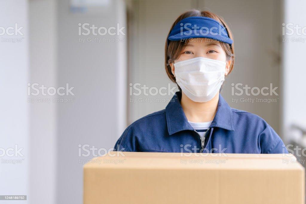 配達女性保持パッケージ - 1人のロイヤリティフリーストックフォト