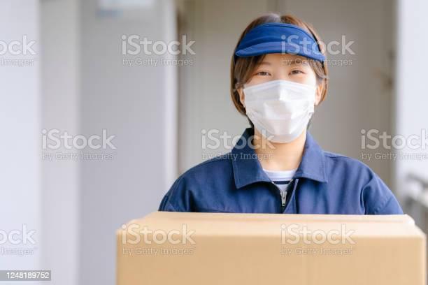 配達女性保持パッケージ - 1人のストックフォトや画像を多数ご用意