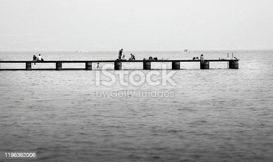Il bianco e nero dà un effetto surreale alla scena e suggerisce la riflessione