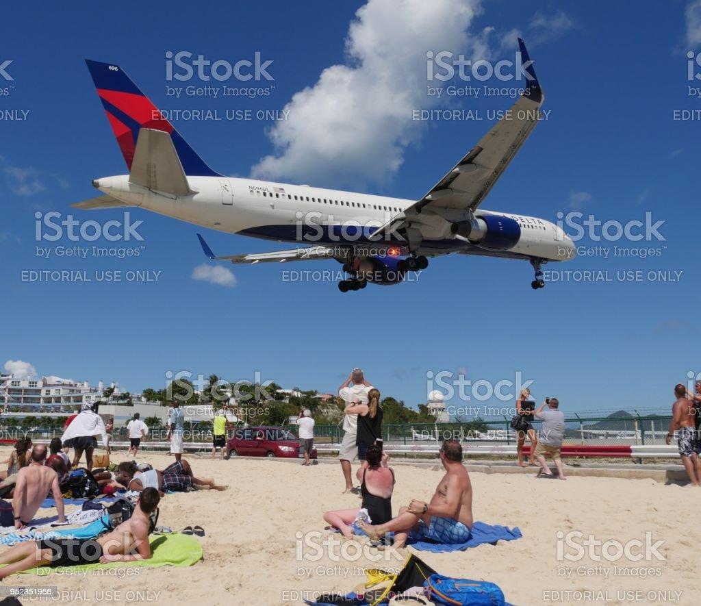 Avion De Delta Air Lines Vuela Bajo En Maho Beach Parte Holandesa De