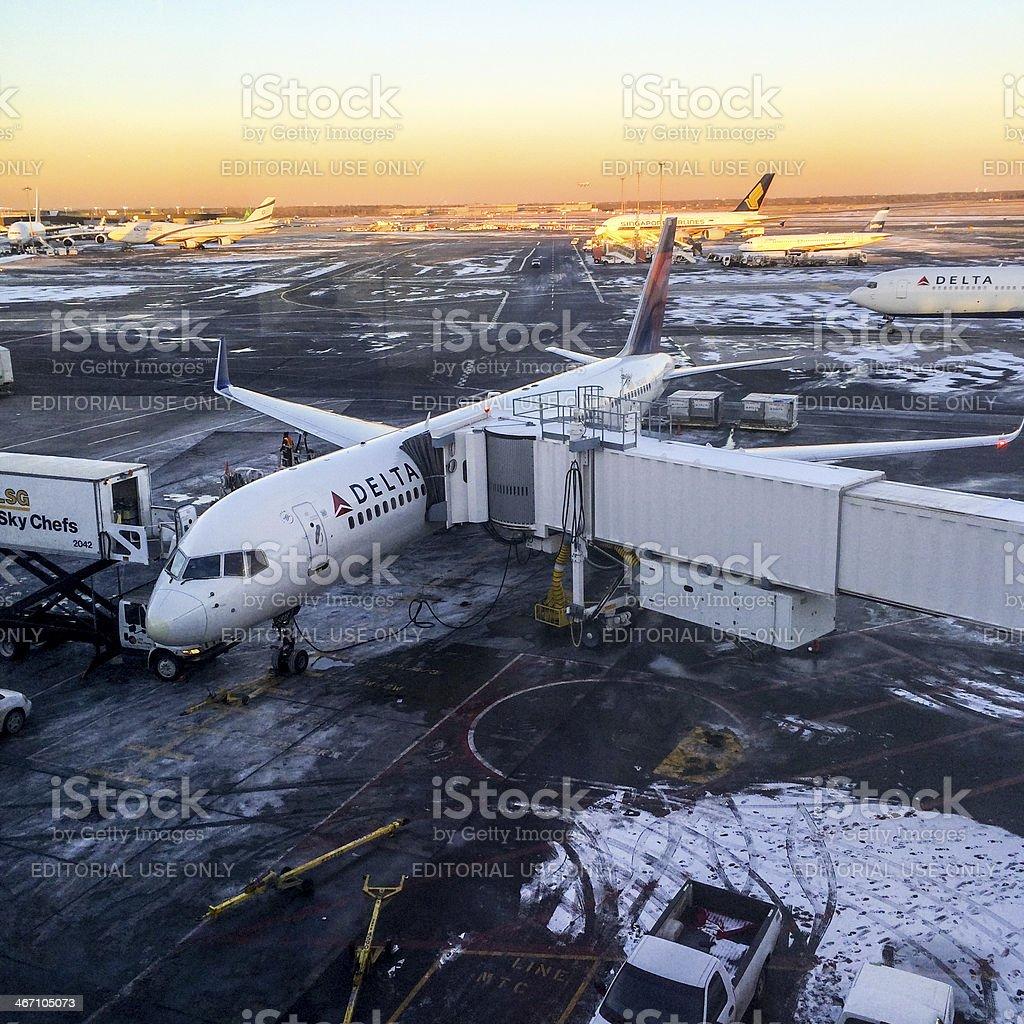 Aeroporto Jfk : Foto de delta aeronave estacione no portão de embarque aeroporto jfk