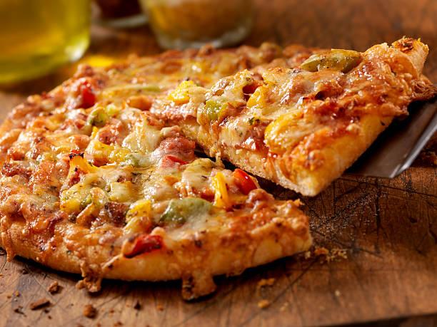 deluxe pizza - dikke pizza close up stockfoto's en -beelden