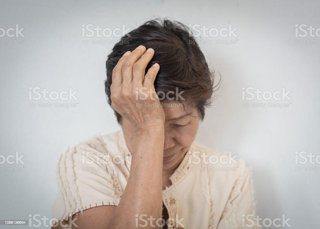 Los primeros síntomas de la enfermedad de Alzheimer incluyen