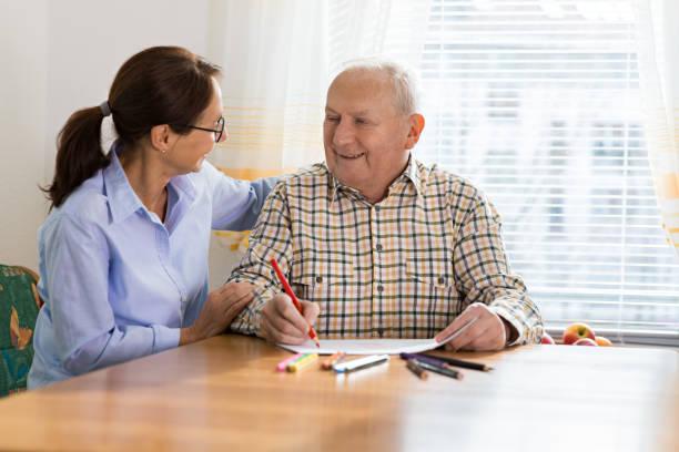 dementie en ergotherapie - home verzorger en senior volwassen man - dementia stockfoto's en -beelden