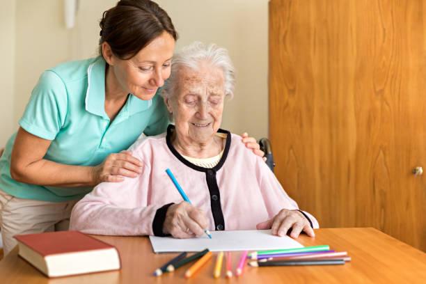 Demenz und Ergotherapie - Home-Betreuer und ältere Erwachsene Frau – Foto