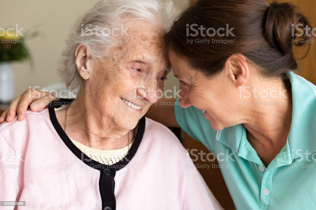 Dementia and Occupational Therapy - Home caregiver and senior adult woman - foto stock