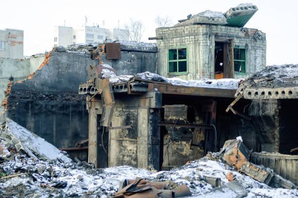 démoli le bâtiment d'usine à tioumen - imploser photos et images de collection
