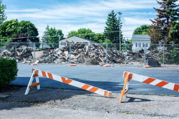 abgerissenen rubble piles nach geschäftshaus retail brand - maschendrahtzaun preis stock-fotos und bilder