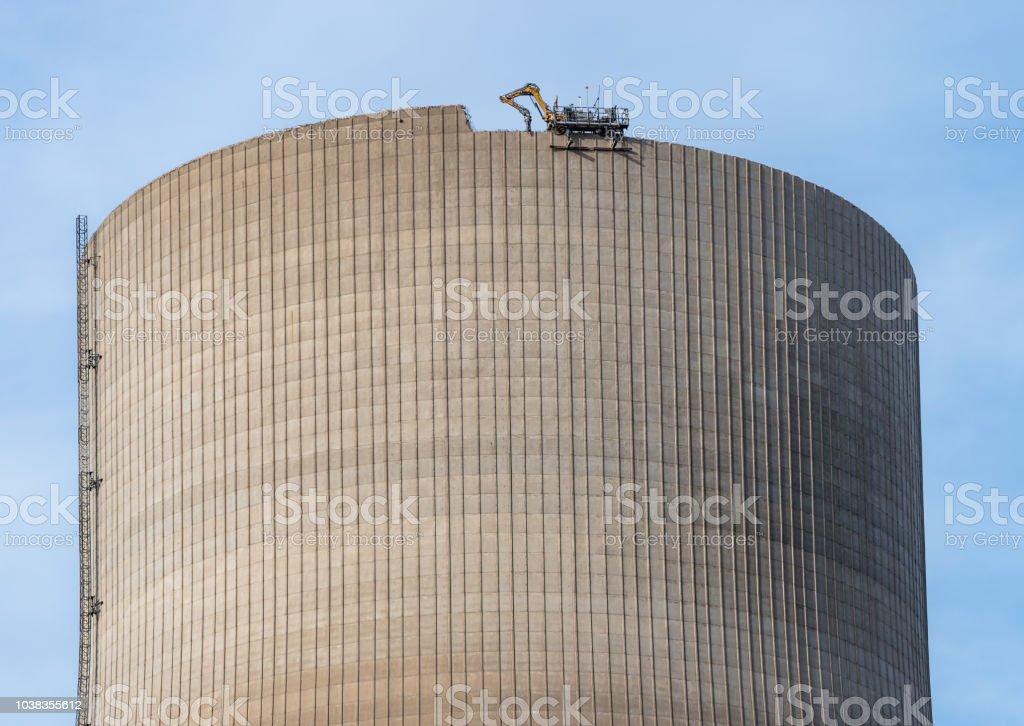 Abriss der atomaren Schornstein. Entfernte kontrollierte Bagger mit Schere arbeitet von oben. – Foto