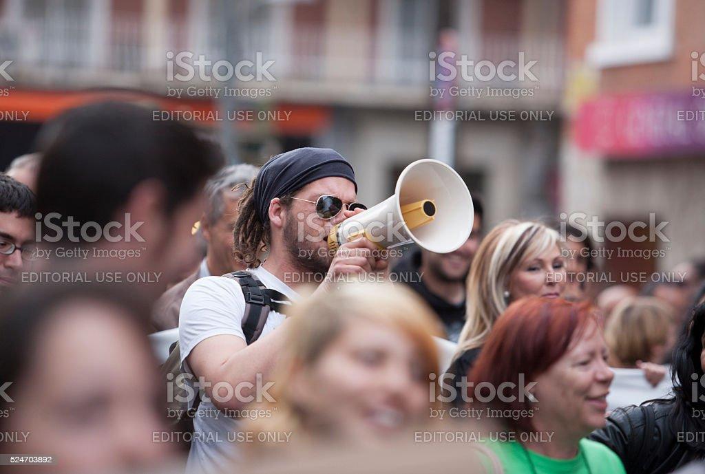 demostrator mit Megafon protestieren gegen strenge Schnitte – Foto