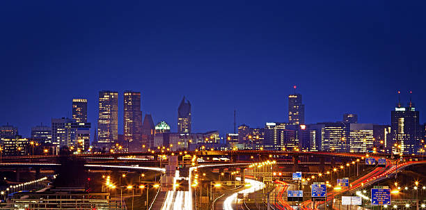 den haag skyline at night - den haag stockfoto's en -beelden