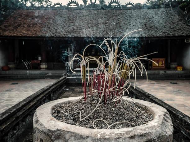 höhle vua dinh tien hoang tempel hoa lu tempel vietnam - holu stock-fotos und bilder