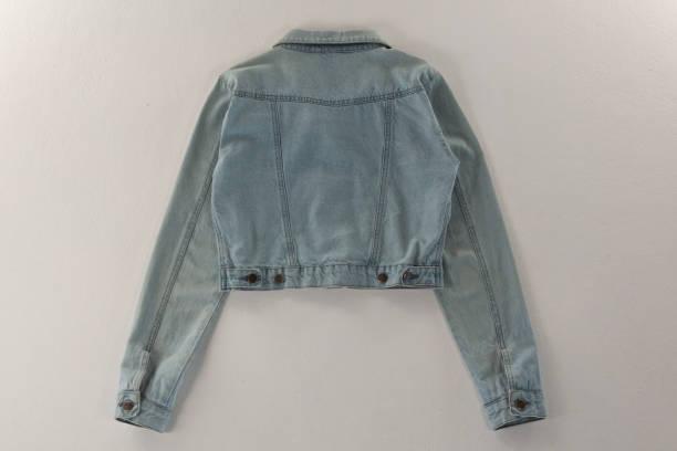 Jeansjacke auf weißem Hintergrund – Foto