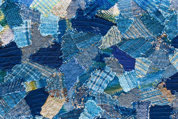 denim jeans hintergrund. - patchworkstoffe stock-fotos und bilder