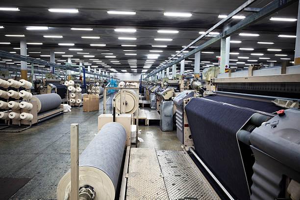 drelich przemysł włókienniczy-tkanie dżinsy tkaniny na airjet krosien - przemysł włókienniczy zdjęcia i obrazy z banku zdjęć