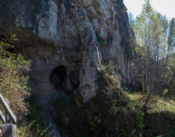 denisova grotten in altaj - altai nature reserve stockfoto's en -beelden