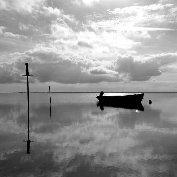 dänemark: verankerung fischerboot in der bucht bei bloeden hale - angeln dänemark stock-fotos und bilder