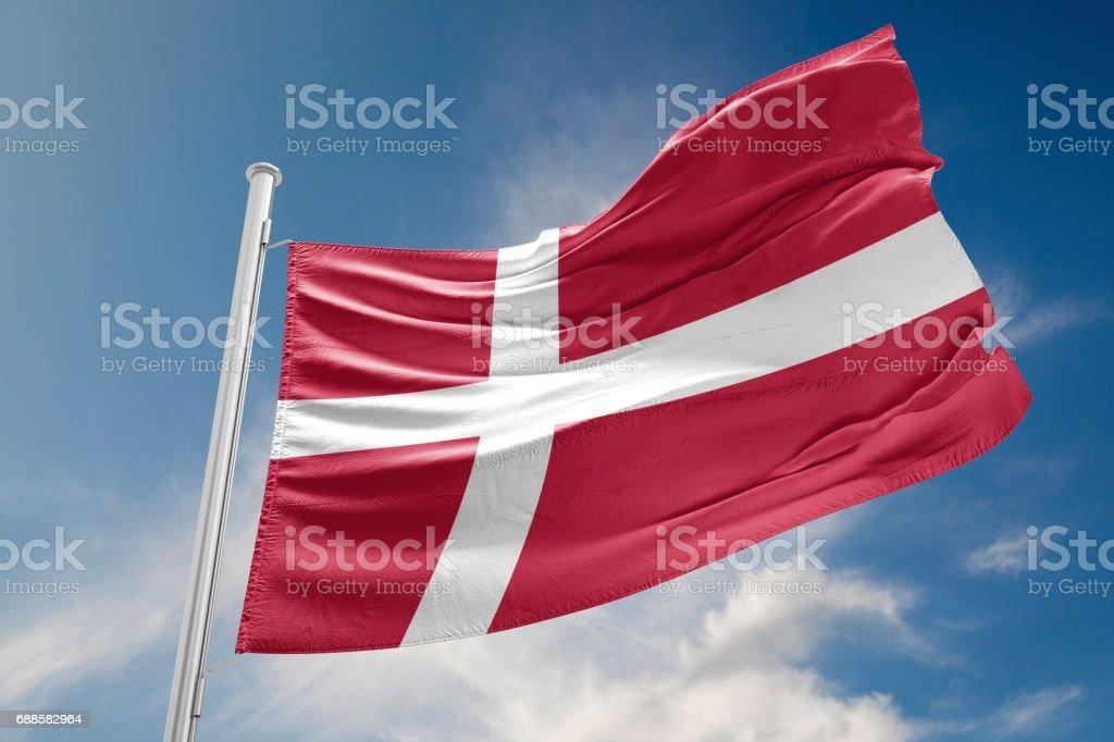 Bandera de Dinamarca es agitando contra el cielo azul - foto de stock
