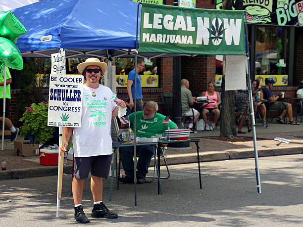 dennis schuller campaigns at open streets northeast in minneapolis - legalizzazione foto e immagini stock