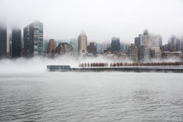 a dense fog covered new york city during the winter's day on january of 2018. view of manhattan and roosevelt island. - roosevelt island foto e immagini stock