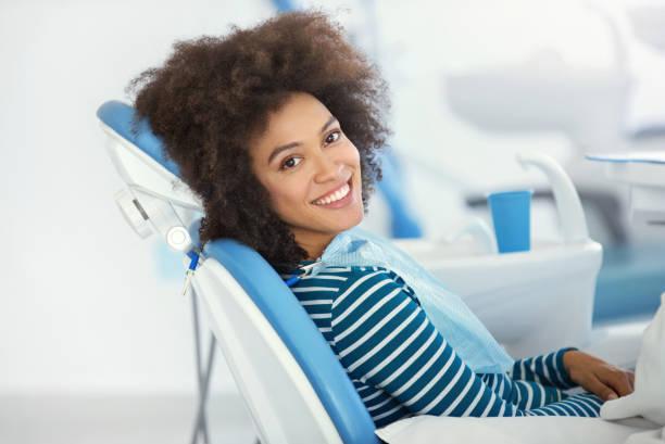 dental afspraak was succesvol en pijnloos. - tanden bleken stockfoto's en -beelden