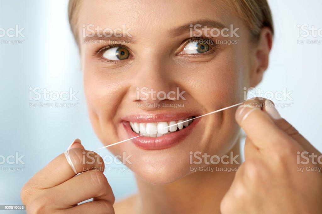bfa6dac99 Foto de Cuidados Dentários Mulher Com Um Lindo Sorriso Usando O Fio ...