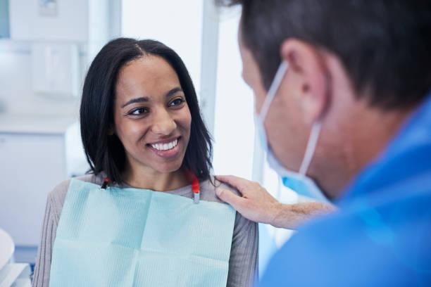 dental läkare i en tandläkarpraktik. - two dentists talking bildbanksfoton och bilder