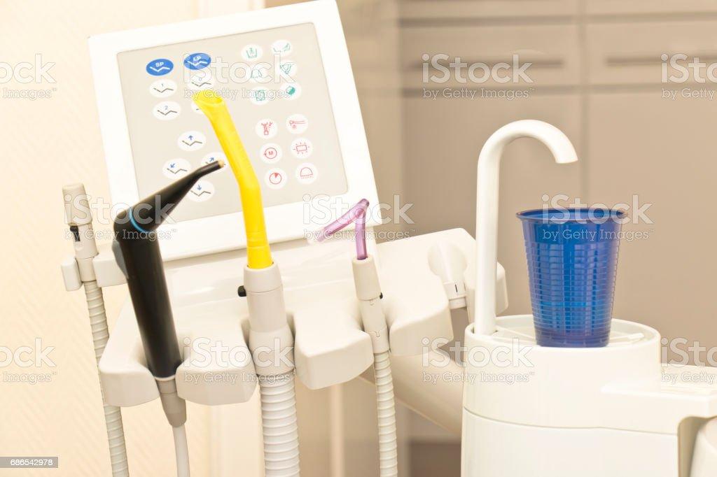 Dental utrustning på en tandläkarens stol royaltyfri bildbanksbilder