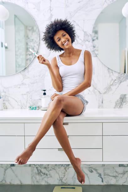 dental-hygiene ist sehr wichtig - feminine badezimmer stock-fotos und bilder