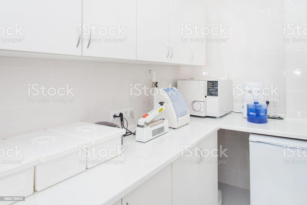 Esterilización dental departamento interior, moderno laboratorio de lavado, limpieza y esterilización de las máquinas. - foto de stock