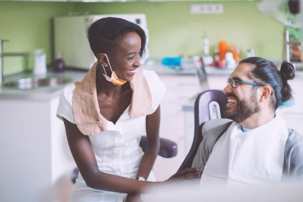 tandläkare consulting sin patient - two dentists talking bildbanksfoton och bilder