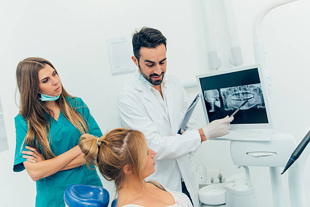 Zahnarzt Arzt mit der Stellvertretenden in der Klinik – Foto
