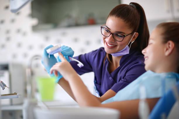 Zahnarzt erzieht kleine Mädchen wie Sie Zähne putzen – Foto