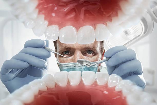 patienten in zahnarzt auf dem offenen mund blick in den zähnen. vew innen - menschlicher mund stock-fotos und bilder