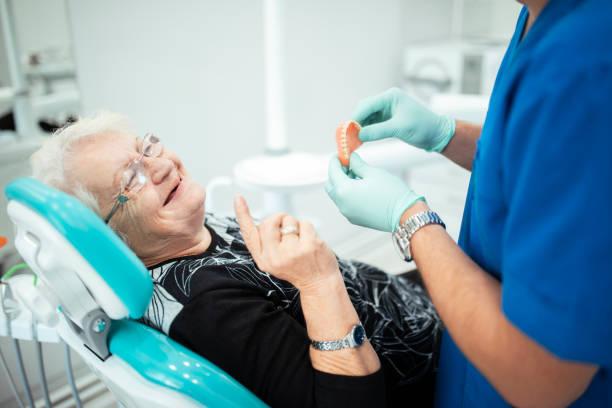 tandläkare som visar tänder tandproteser till en senior patient - tandprotes människotänder bildbanksfoton och bilder