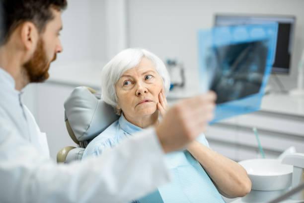 Zahnarzt Röntgen der älteren Frau im Büro Dentall zeigen – Foto