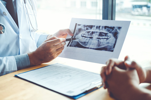 Zahnarzt Im Gespräch Mit Männlichen Patienten Und Präsentation Der Ergebnisse Auf Zahnerlröntgenfilm Über Das Problem Des Patienten In Der Zahnarztpraxis Stockfoto und mehr Bilder von Arzt
