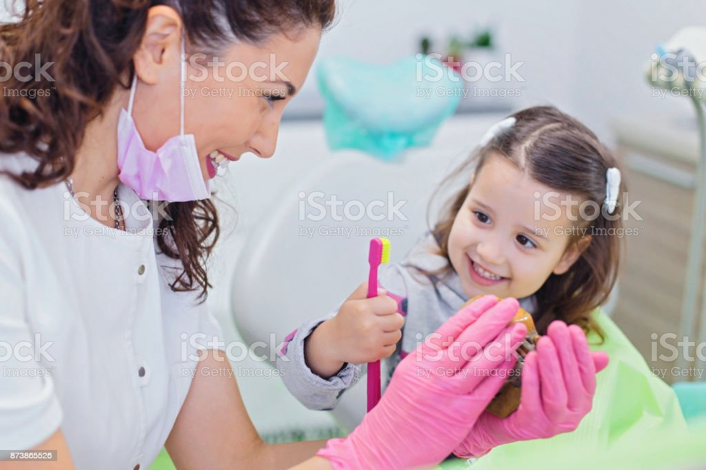 Zahnarzt Lehre niedliche Mädchen über Mundhygiene - Lizenzfrei Allgemeinarztpraxis Stock-Foto