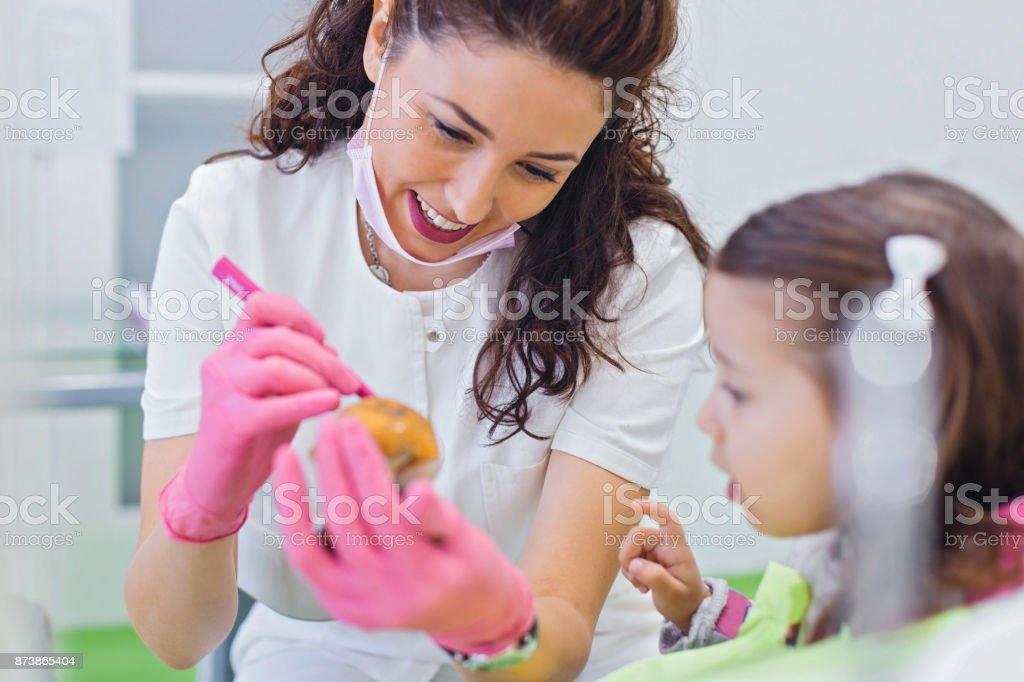 Zahnarzt unterrichten Mädchen über Mundhygiene - Lizenzfrei Weibliche Person Stock-Foto