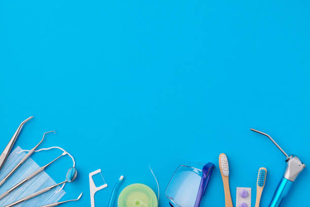 tandarts tools over blauwe achtergrond top view - tandheelkundige gezondheid stockfoto's en -beelden