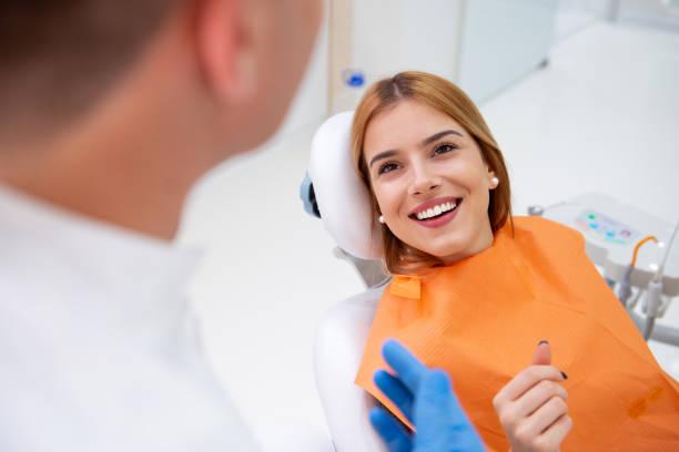 tandarts met parient - tanden bleken stockfoto's en -beelden