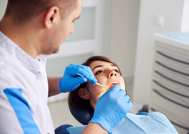 Zahnarzt mit einem Patienten – Foto