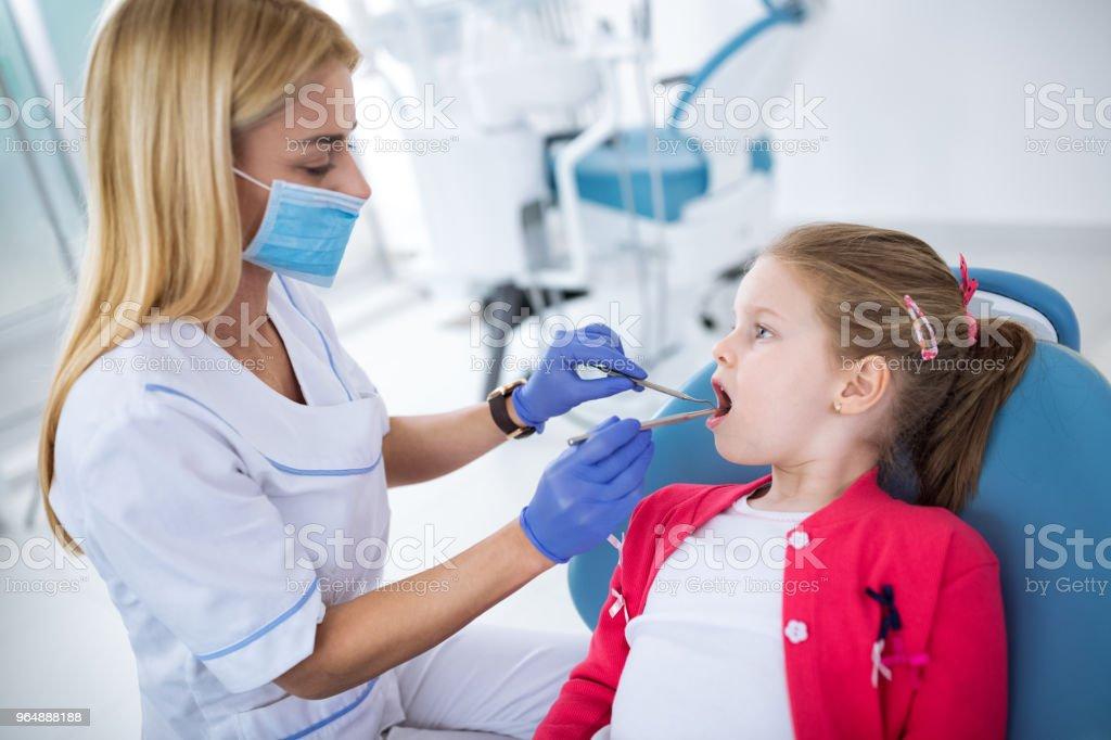 牙醫用無菌口罩和牙科器械檢查牙齒 - 免版稅一起圖庫照片