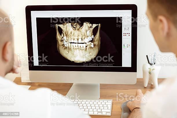 Zahnärzte Und Assistant Über Die Xray Stockfoto und mehr Bilder von Zahnarzt