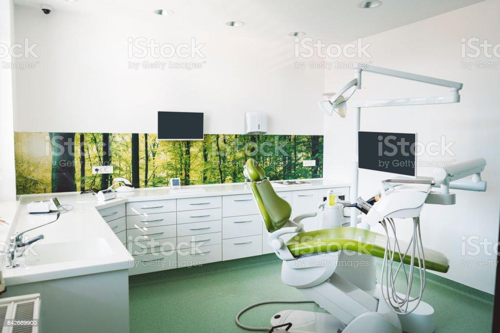 Zahnarztstuhl in hell beleuchteten Klinik – Foto