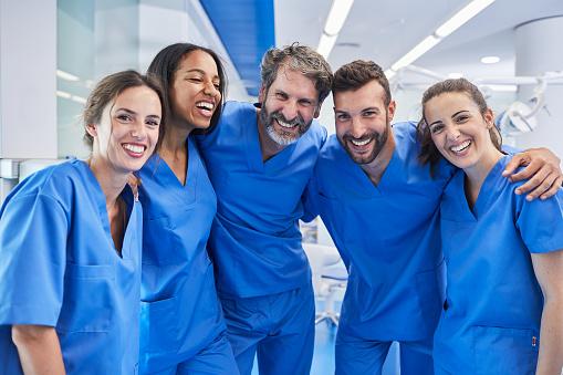 バルセロナでの歯科医のオフィス医療従事者の肖像画 - カメラ目線のストックフォトや画像を多数ご用意